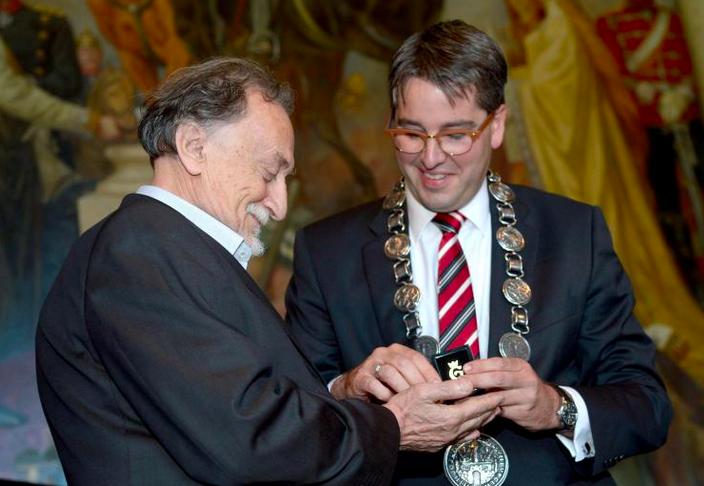 Mayor of Goslar, Oliver Junk awards Ukrainian photographer Boris Mikhailov. Photo: Peter Steffen
