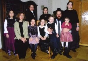 Kharkiv chief rabbi, Moishe Moskovitz, with his family. Photo from fjc.org.ua