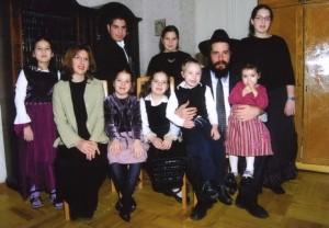 Kharkiv chief rabbi, Moishe Moskovitz, with his family. Photo from fjc.org.ua