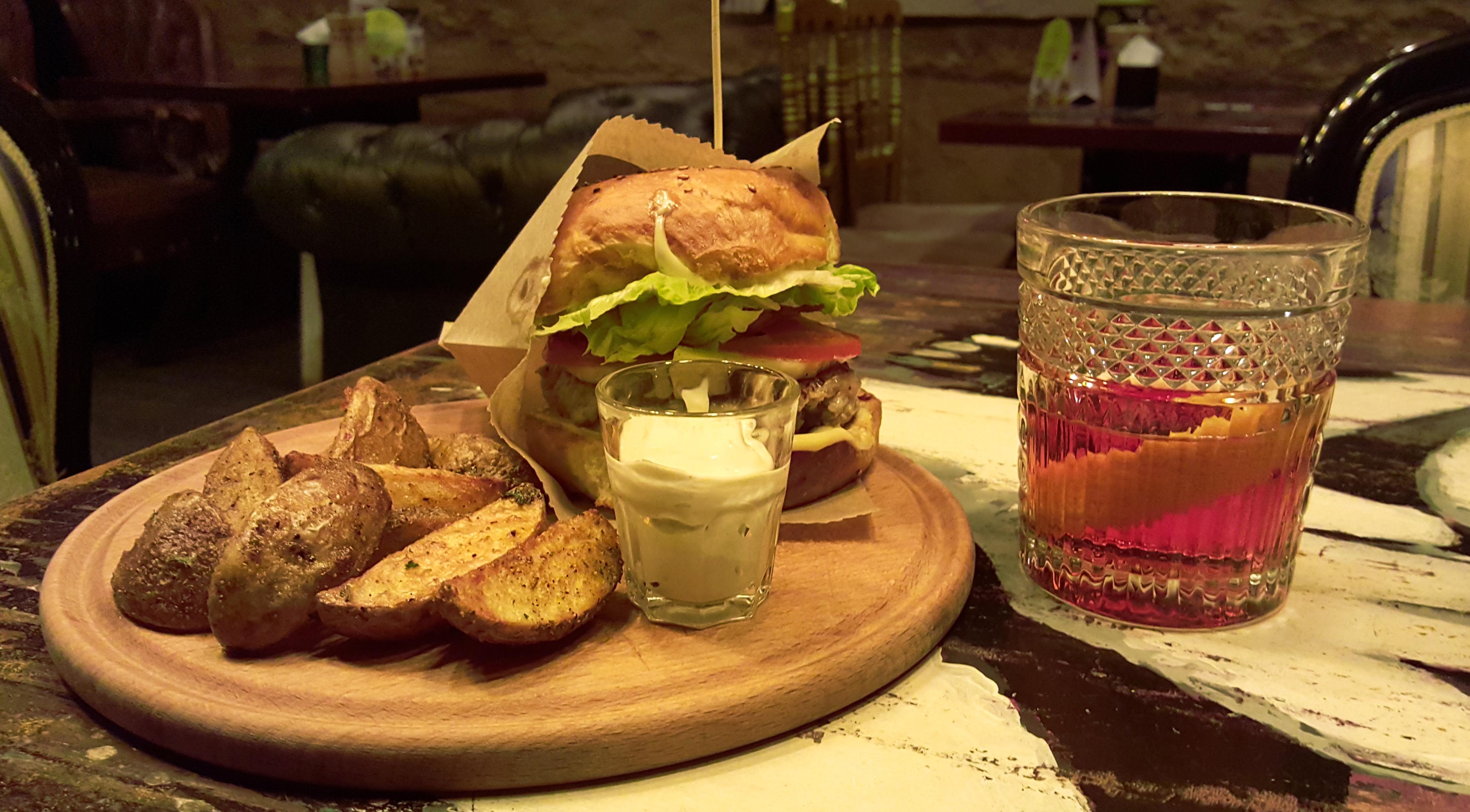 "Burger ""ТО-ТО"" + cocktail ""Balis Beauty"""